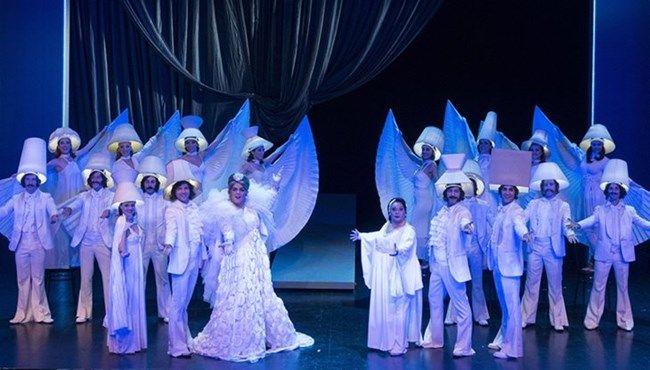 Θέατρο/Είδαμε: «Θα περάσει κι αυτό» @ Θέατρο Badminton! Το μουσικοχορευτικό υπερθέαμα «Θα περάσει κι αυτό», αφηγείται μια ιστορία απλή και σύνθετη, γνωστή πάνω- κάτω σε όλους και ταυτόχρονα τόσο άγνωστη και μακρινή. Απο το 1967, όπου σταματά το «Θα σε πάρω να φύγουμε», έως και το 2014, το δικό μας «σήμερα» η ιστορία της Επιθεώρησης, η ιστορία της Ελλάδας, διαδραματίζονται μπροστά μας.
