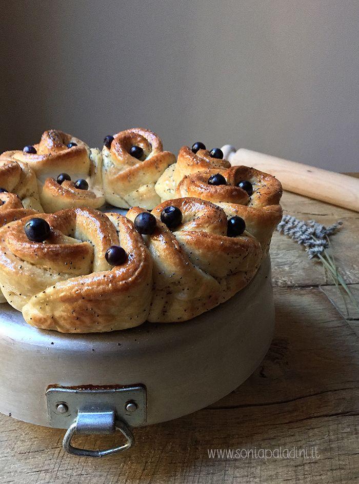 Un #pane ebraico lievitato senza #burro e #latte proposto sotto forma di #ghirlanda di #rose #CHALLAH #ricetta #food #mirtilli #lavanda #miele #sonia
