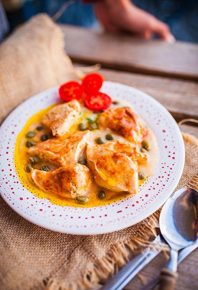 Piersi z kurczaka w sosie z suszonych pomidorów z kaparami - MniamMniam.pl
