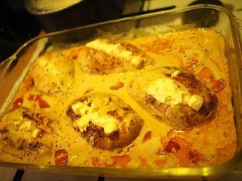 Kvällens middag blev en utav mina standard rätter som jag lagar minst en till två gånger i veckan, kycklingfile med feta ost i ugn. Så enkel och god rätt att laga. Jag börjar med att steka fileérna på ganska hög värme så dom får en ytlig färg, sen lägger jag dom i en ugnsform, skär ett sträck i mi