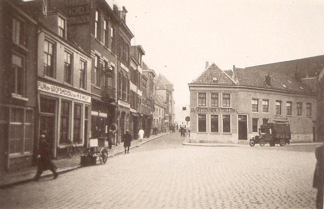 Ziekerstraat met doorkijkje naar de Lange Koningstraat in de jaren '30.