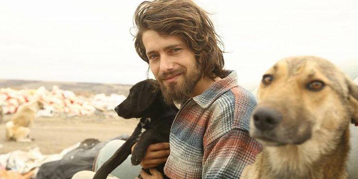 Gökçer Korkmaz es un ex modelo que abandonó su carrera para dedicarse a salvar y cuidar animales que sufren en la calle.