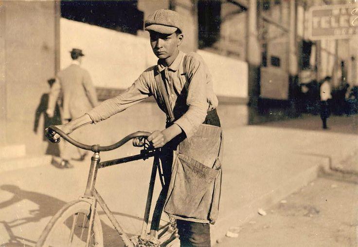 Livreur de journaux, 1910's.
