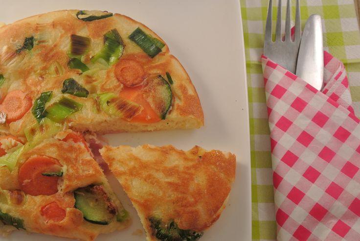 Groentenpannenkoek, lekker en gezond! Het is weer eens wat anders dan de gewone pannenkoek met stroop. Je kan in deze groentenpannenkoek de groenten toevoegen die jij lekker vindt. Daarbij is het niet alleen een lekker gerecht maar ook heel simpel en snel te bereiden! Tijd: 15 min. Recept voor 2 middelgrote pannenkoeken Benodigdheden: 120 gram...Lees Meer »