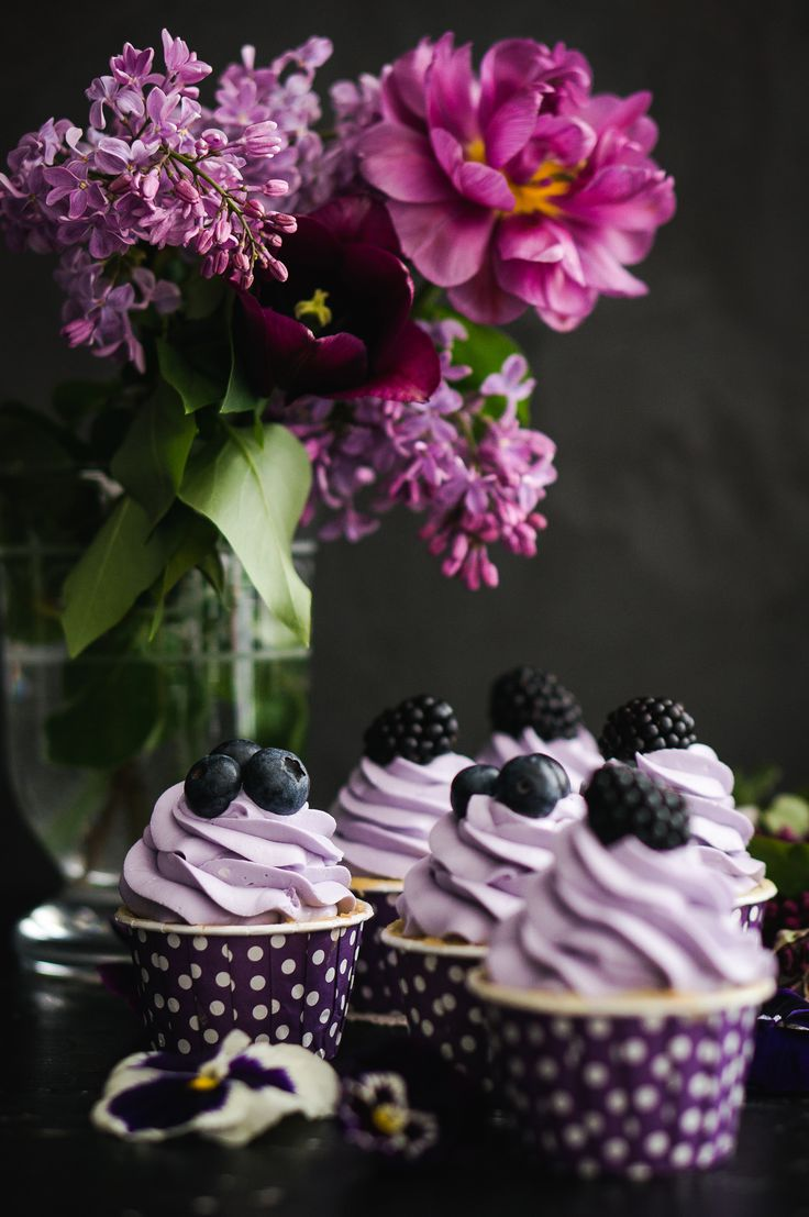Liliac cupcakes with berries and pansies