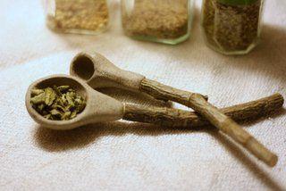 Maustelusikka, lasittamaton harmaa kivitavarasavi, varsi pihlajaa