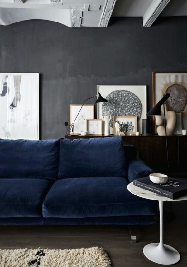 bunte wandfarbe dunkelblaues sofa dunkelgraue wand