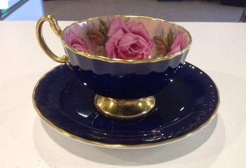 Šálek na čaj * modrý porcelán s vnitřně malovanými růžemi, zdobený zlatem.