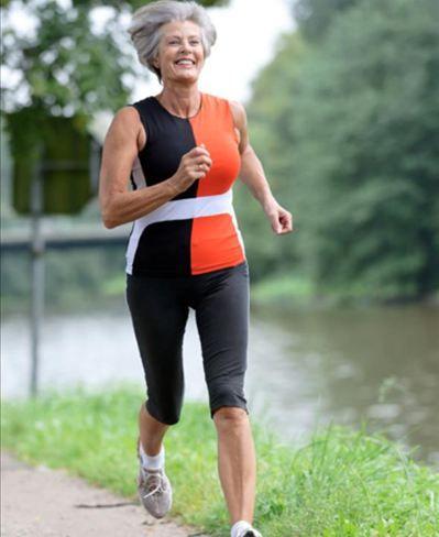 mulher idosa correndo no parque - Foto Getty Images