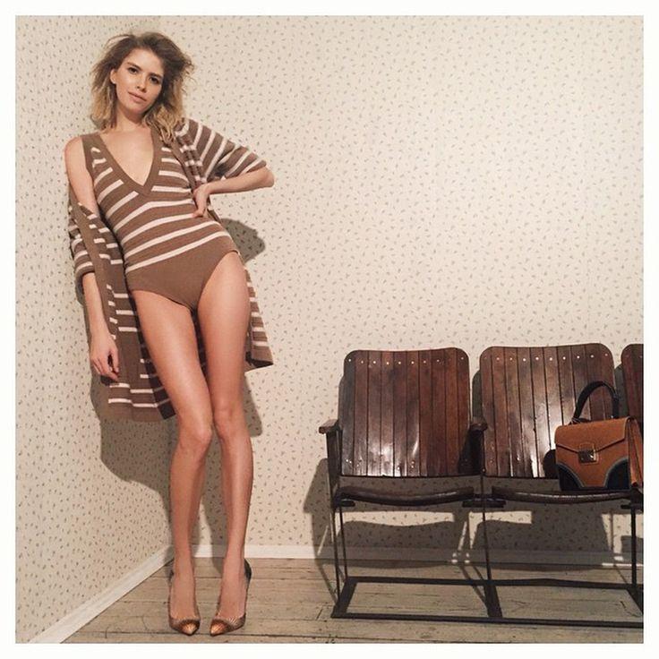 Красавица позировала в том же наряде Chanel, что был на супермодели Жизель Бюндхен во время весенне-летнего показа модного Дома