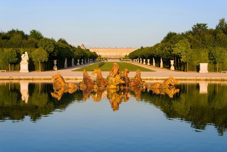 A view of Versailles and it's famous fountain.