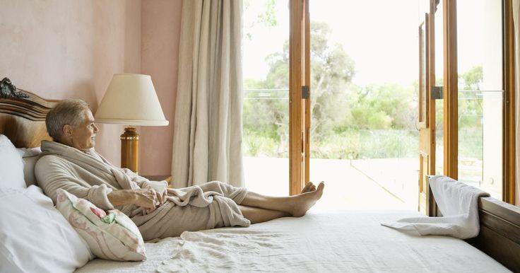 Planos para hacer una cama king size con cajones. Maximizar el espacio del dormitorio alrededor de la cama king size es posible haciendo una cama con cajones. Una cama king size ocupa más de 36 metros cuadrados, que es el 50% de una habitación normal de 12 pies por 12 pies (3,6 por 3,6 m). Haz un espacio para cajones debajo de la cama a lo largo de ambos lados y al pie de la cama para sacar ...