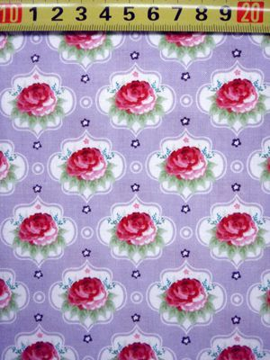 Mooie paarse stof met rozen
