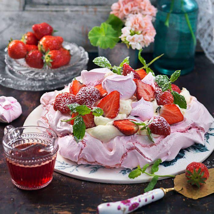 Rosa pavlova med grädde och jordgubbar