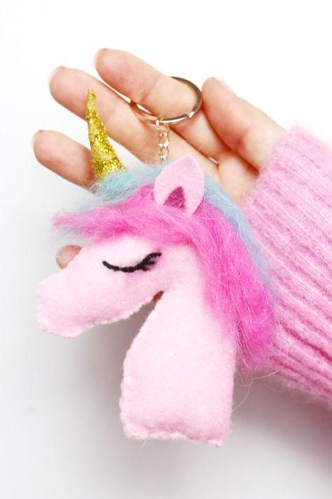 DIY Einhorn Schlüsselanhänger selber machen – Süßes Geschenk für Weihnachten Heute gibt's eine neue Idee von mir, die mir spontan auf Pinterest bekommen ist: Dort habe ich ein süßes DIY Einhorn Kissen entdeckt und mir überlegt, dass man das ja auch super in Miniatur als Schlüsselanhänger basteln kann. Gesagt, getan! Der Vorteil beim Schlüsselanhänger: Es geht schneller und man muss nicht so viel nähen. Insgesamt habe ich für meinen Einhorn Schlüsselanhänger ungefähr eine Stunde gebaucht...