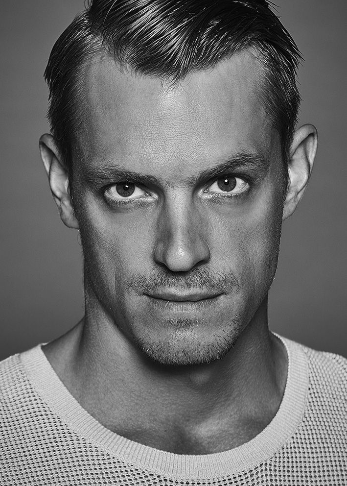 Joel Kinnaman. (Si'mem'rah Hemor. Father of the Angmar-Hemor Clan. Chiss. Former Sith turned Jedi.).
