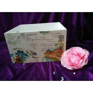 Multifunction box with elegant vintage design ready to decorate your room. Size: 35x25x15,5 cm