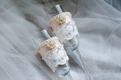 Купить или заказать Свадебные бокалы в интернет-магазине на Ярмарке Мастеров. Свадебные бокалы, украшенные нежным кружевом, атласной лентой, бумажными цветами. Броши-короны изящно дополняют дизайн. Возможно изготовление в любой цветовой гамме. К набору по желанию можно добавить свечи, шампанское, свадебную казну, подушечку для колец, браслеты для подружек невесты и прочие приятные мелочи.