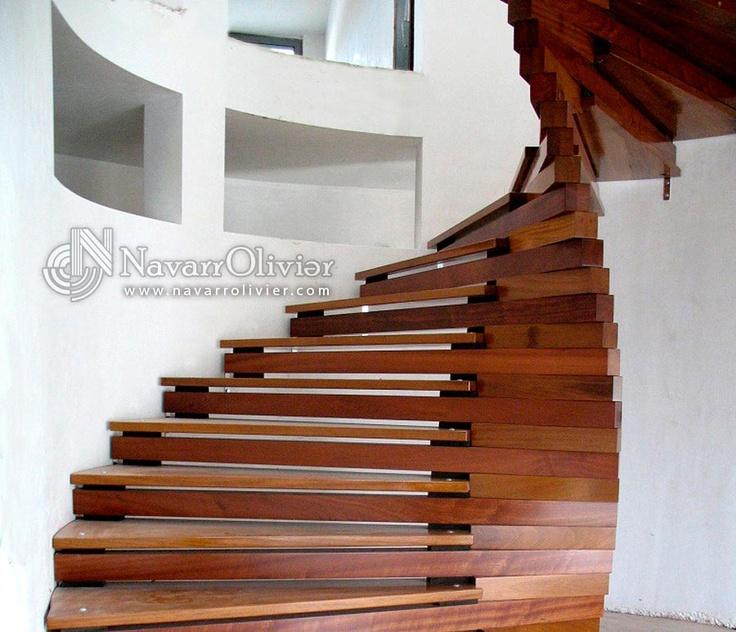 Escalera helicoidal en madera de iroko