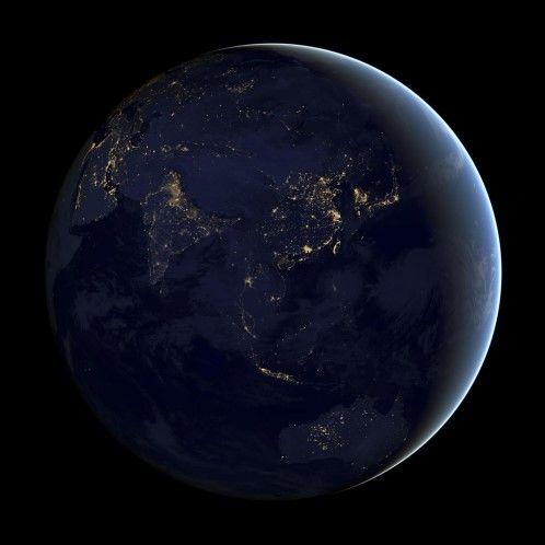 Deze NASA-foto die op 5 december 2012 werd vrijgegeven toont een samengesteld beeld van Azië en Australië, gecreëerd met data die door de Suomi NPP-satelliet werd verzameld in april en oktober 2012. Deze foto werd mogelijk gemaakt door de 'dag-nachtband' van de Visible Infrared Imaging Radiometer Suite (VIIRS) die licht detecteert in golflengtes van groen tot bijna infrarood en die filtertechnieken gebruikt om zwakke signalen zoals stadslichten, aurora's, bosbranden en gereflecteerd…