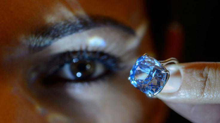 """Des sommets devraient être atteints, ce mercredi, chez Sotheby's à Genève. La prestigieuse maison met aux enchères plusieurs diamants exceptionnels, un bleu de 12,03 carats et un rose de 16,09. L'attraction du jour est le """"Blue Moon Diamond"""", découvert en janvier 2014 dans la mine de Cullinan, en Afrique du Sud. Estimation : 35 à 55 millions de dollars."""
