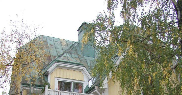 Husets nuvarande kulör kom troligen till på 1970-talet.  Vi måste måla om vårt hus. Det ser så ledset ut när färgen flagar. Men förutom at...
