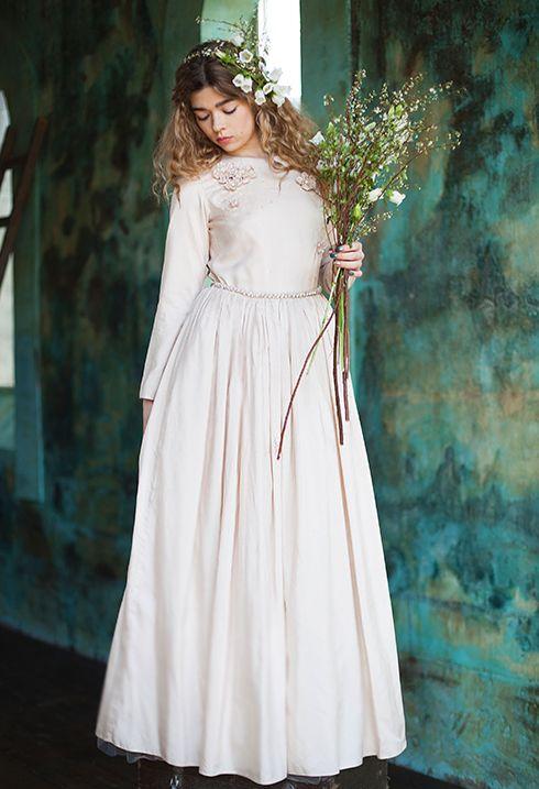 Raisa / размер:44 материалы:100%шелк (украшено шелковыми цветами ручной работы, ручная вышивка бисер/пайетки) цвет:пудра силуэт:А-силуэт
