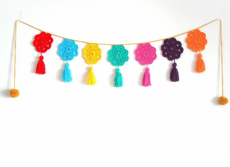 Guirnalda crochet Flores a colores. En https://ofeliafeliz.com.ar/espacio/palomitasdemaiz