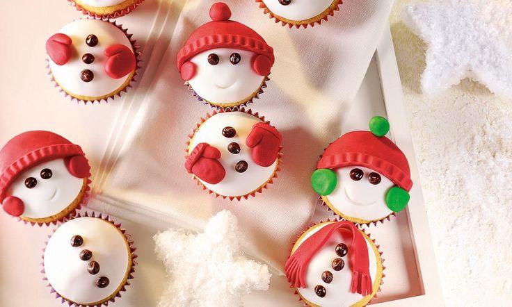 Kleine Zimt-Muffins mit winterlicher Dekoration aus Fondant.