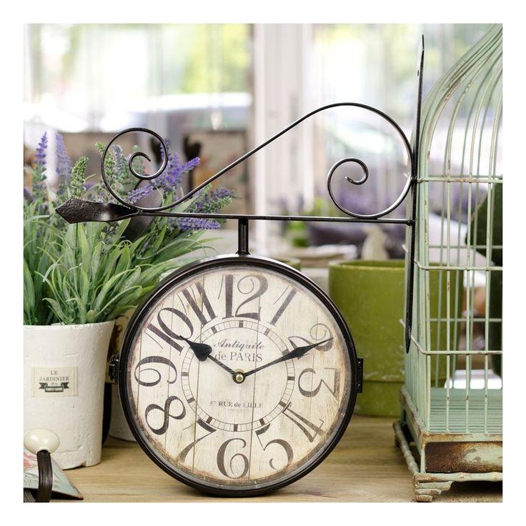 Dwustronny zegar dworcowy, którego tarcza stylizowana jest na stare drewno. Posiada także duże cyfry arabskie , więc godzinę łatwo ujrzymy nawet z większej odległości.