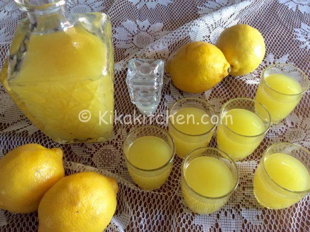 Limoncello fatto in casa  L'ingrediente fondamentale del limoncello è la buccia del limone, di colore giallo citrino, che contiene gli olii essenziali che conferiscono al liquore il caratteristico sapore intenso e deciso. Le bucce macerano in
