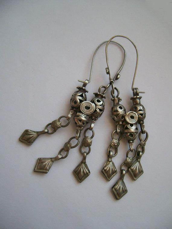 Prachtige antieke oorbellen, gemaakt van zilver. Afkomstig uit Centraal Azië. Eerste helft 20e eeuw.