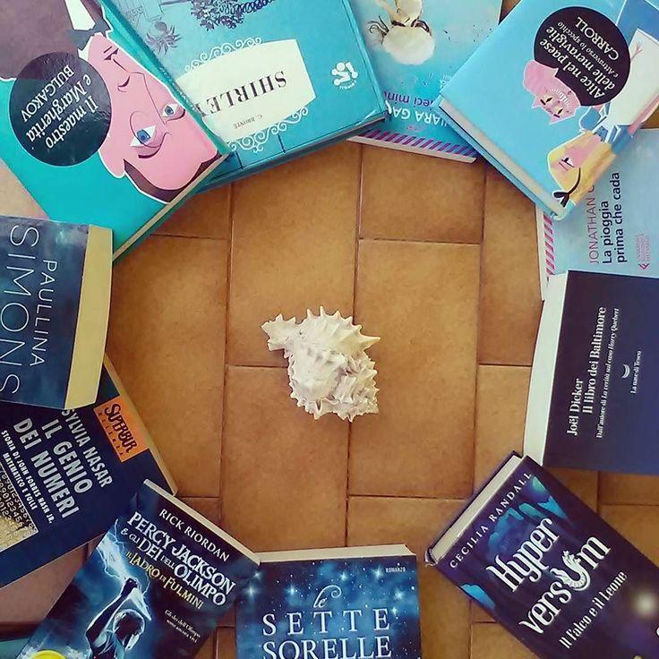 Buon pomeriggio lettori!! Oggi partecipiamo alla #summerbooksquad17 ecco il nostro #seaofbooks  #libri #books #book #leggere #bookstagram #reading #instabook #bookworm #picoftheday #bookporn #instagood #bibliophile #bookaholic #bookgram #lettura #blue #blu #fotodelgiorno