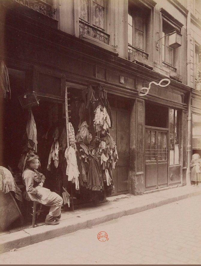 Ce même brocanteur de la rue des Anglais, vers 1910, installé dans l'ancien cabaret du Père Lunette, fermé en 1908. Une photo d'Eugène Atget  (Paris 5ème)