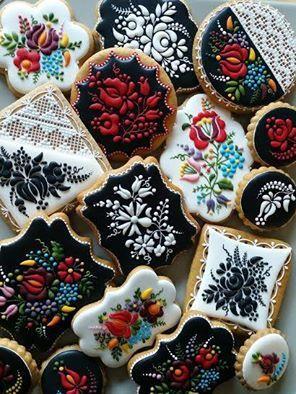 """Mézesmanna - Hungarian artist does """"embroidered"""" cookie art https://www.facebook.com/Mezesmanna/videos/436904323174437/"""