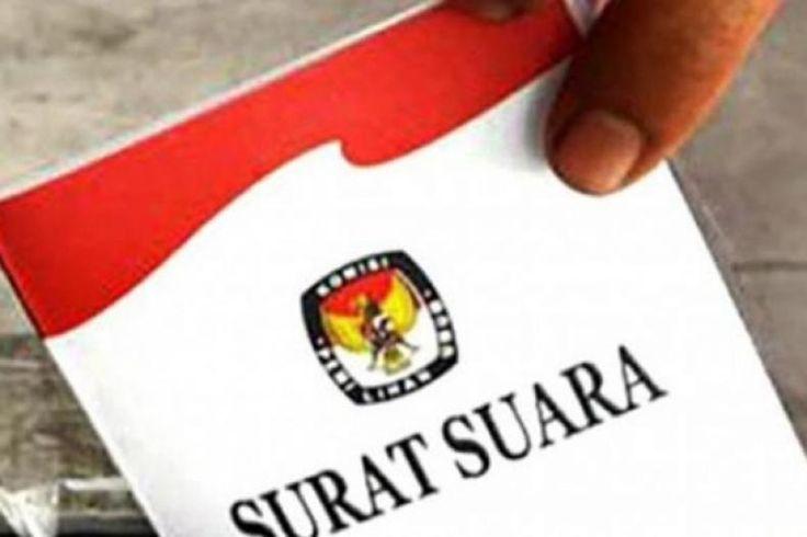 """Pasukan Baju Kotak-Kotak """"Mengheningkan Cipta"""" Usai Keok di Kalibata  Konfrontasi -Pendukung Ahok-Djarot yang mengenakan baju kotak-kotak hanya bisa terdiam dalam penghitungan suara pada pencoblosan ulang di TPS 29 Kalibata Pancoran Jakarta Selatan Minggu (19/2/2017). Pasalnya perolehan suara jagoan mereka jauh di bawah pasangan Anies-Sandi.   Saat penghitungan baru berjalan setengah jam pasangan Anies-Sandi sudah memperoleh 80 suara disusul oleh pasangan Ahok-Djarot 7 suara dan sementara…"""