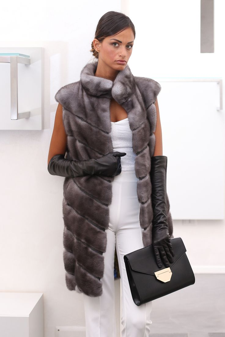 Blue Iris Female Mink Fur Vest with closure with hooks. Gilet di Visone Femmina Blue Iris con chiusura: con gancetti. #elsafur #fur #furs #furcoat #mink #minkcoat #vest #gilet #peliccia #pellicce