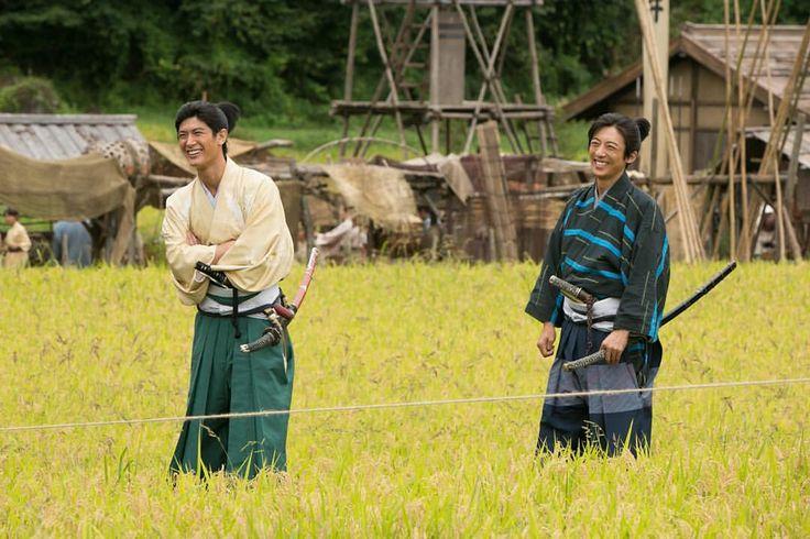 いいね!2,645件、コメント32件 ― 大河ドラマ 「おんな城主 直虎」さん(@nhk_taiga_naotora)のInstagramアカウント: 「撮影の合間になにかを発見! 笑顔がこぼれる直親さまと政次さま。 #NHK #大河ドラマ #おんな城主直虎 #三浦春馬 #高橋一生 #直虎オフショット #初回2017年1月8日放送」