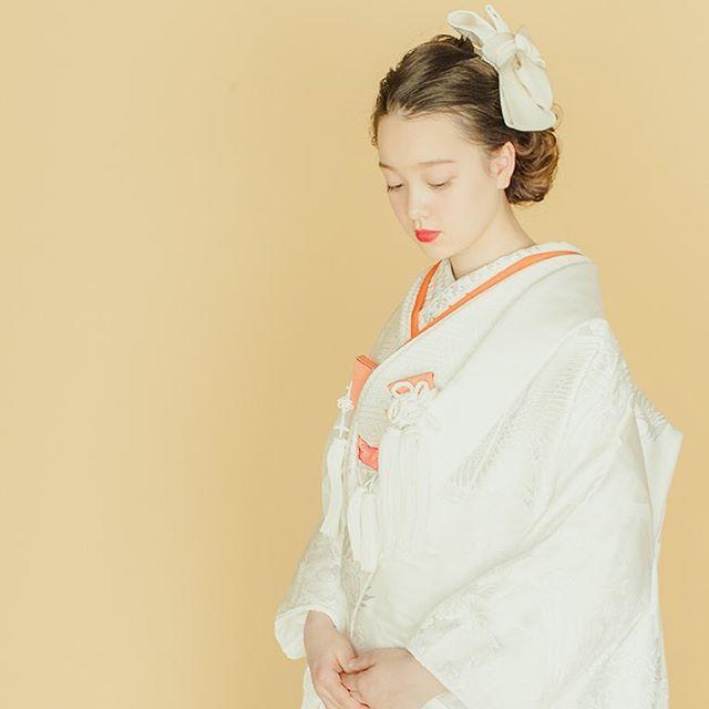 こんにちは。白無垢屋です。 ・ ・ 白無垢屋のヘッドドレスは、白無垢を着たときに一番合わせやすいボリュームとカタチを計算して作られた白無垢の為のヘッドドレスです。 ・ ・ 白無垢屋では格式高い白無垢を全国から簡単にレンタルにてご利用いただけます。 白無垢屋で取り扱う商品やこだわり、着こなしなどを発信しています。トップページのURLからHPをご覧ください。  http://shiromukuya.com/  #白無垢屋#白無垢#白無垢撮影#着物#前撮り#和装前撮り#和装ヘア#結婚式準備#ブライダル#結婚式#プレ花嫁#花嫁#ウエディング#和装#挙式#ナチュラル#色小物#和婚#レンタル和装#kimono#bridestyle#wedding#bride#bridal#traditionalwedding#weddingstyling#japanesewedding