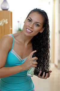 Parmi les indispensables de la beauté des cheveux bouclés, frisés ou crépus, on trouve le vaporisateur hydratant et coiffant. Il existe une variété de rece