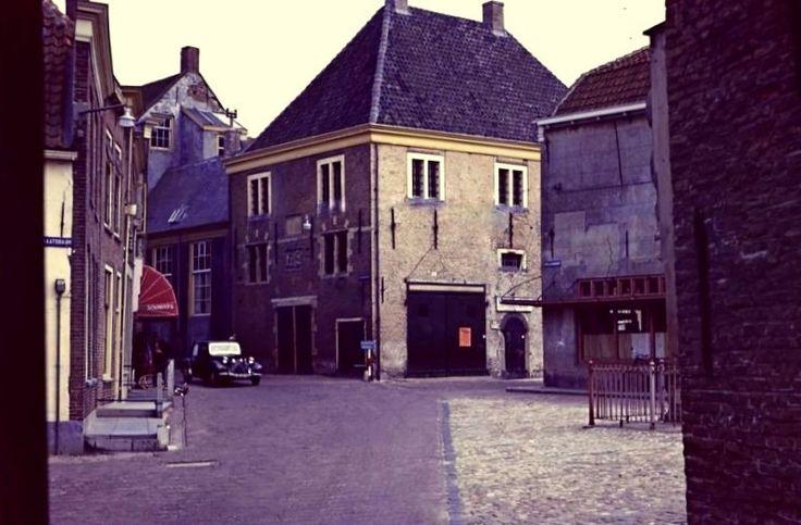 Brielle - In 1623 werd achter het stadhuis met een flinke subsidie van de Staten van Holland de waag en gevangenis gebouwd.
