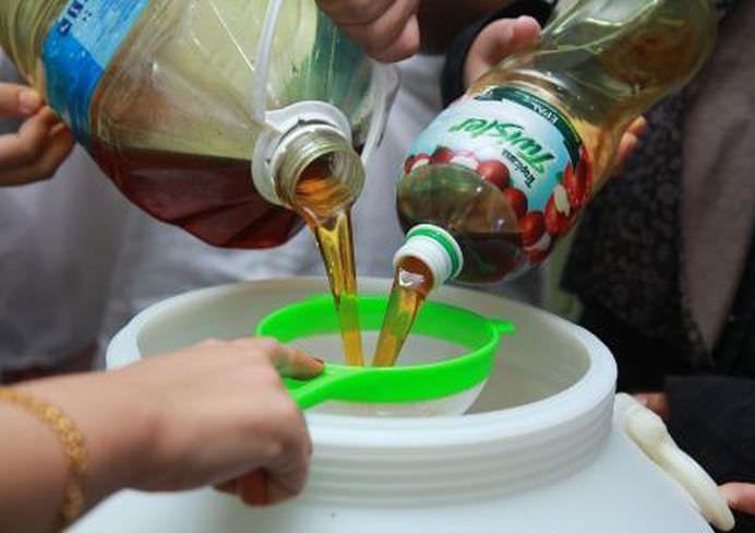 Tu ce faceai cu uleiul ars pana acum? Il aruncai? O mare greseala pentru ca il putem recicla si transforma in sapun lichid pentru vase, facand economie astfel la detergentul de vase.