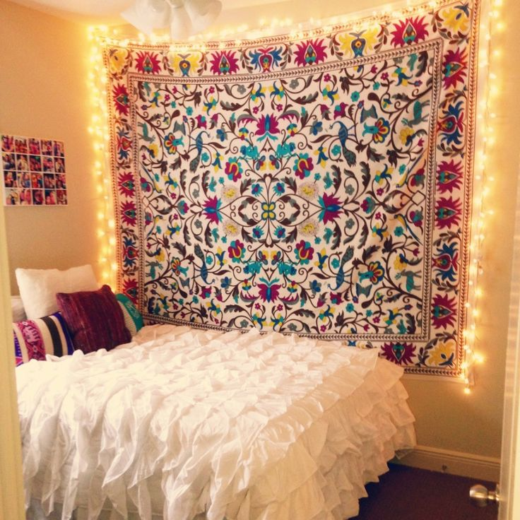 Art Deco Bohemian Dorm Room With White Ruffle Bedding Set, String Lights  Wall Decor, Part 51