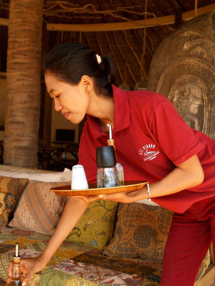 💁🍝💪 #muna #team #leader #nautilusrestaurant #giliasahan #waiter #restaurant #italianfood #giliasahanecolodge #giliislands #service #lunchtime #lombok #culture #islandlife #atthebeach #seaview #secretegilis #explorelombok #batik #interiordesign