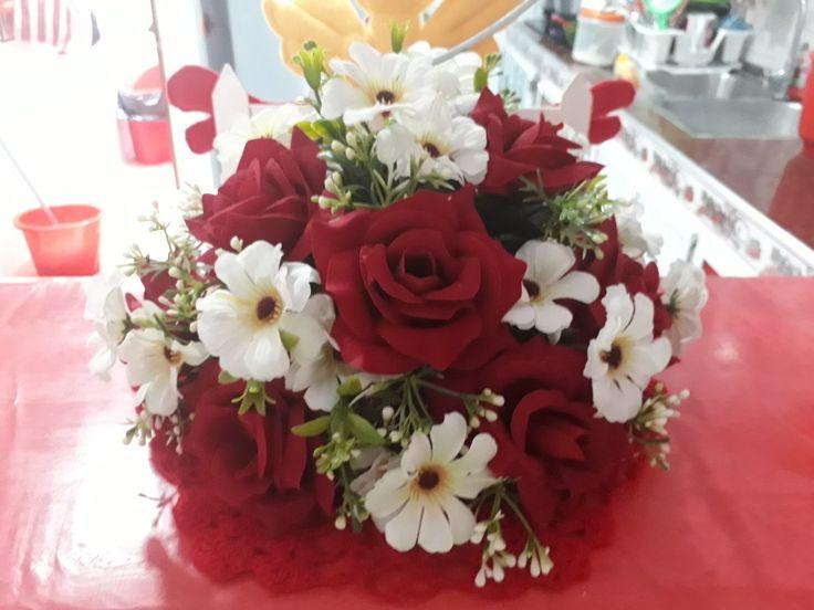 Arreglo floral. Flores rojas y blancas.🌷🌼