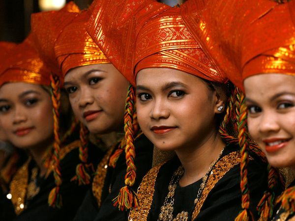 Minangkabau Women (from West Sumatera, Indonesia) wearing traditional clothes.