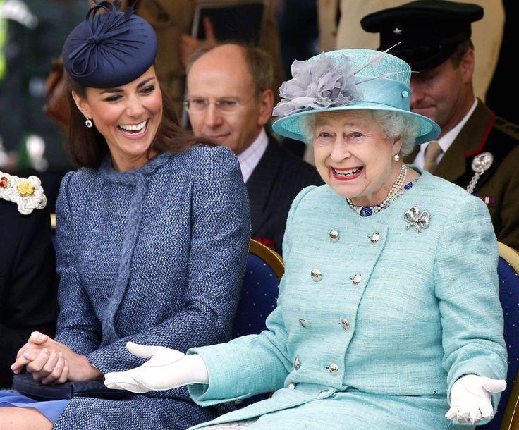 A duquesa de Cambridge ri enquanto a rainha Elizabeth II gesticula ao assistirem parte do evento esportivo para crianças durante uma visita ao Vernon Park em Nottingham,2012.