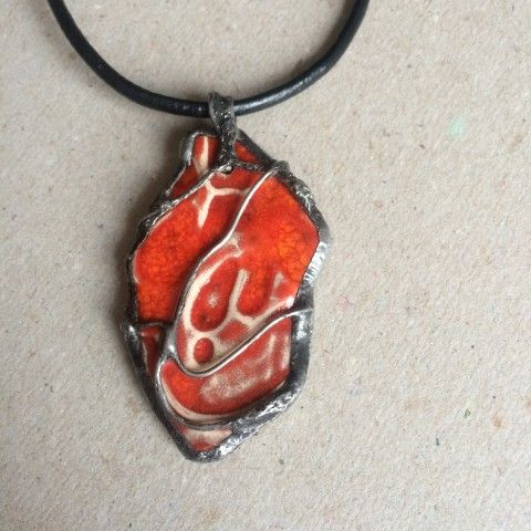 Náhrdelník červený keramika cín červená šperk náhrdelník přívěsek originální keramika patina autorský výrazné cínování netradiční magické keramický šperk