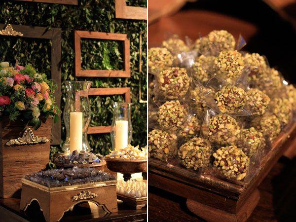 Mesa de doces casamento docinhos detalhes flores vela madeira (Decoração: Bendita Festa)