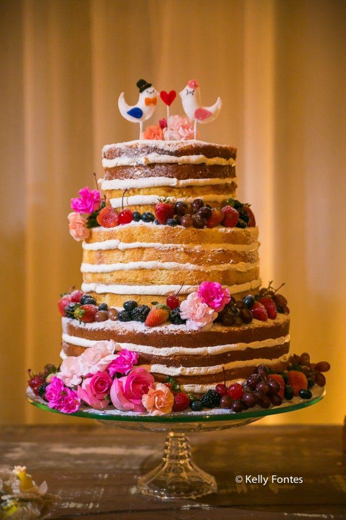 Fotografia decoracao Casamento RJ naked cake flores frutas dia ar livre sitio topo de bolo pombos por Kelly Fontes mesa bolo